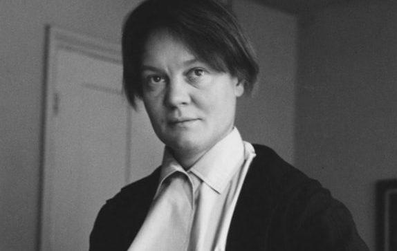 Басинский: Айрис Мердок в британской литературе действительно трудно переоценить. После Шарлотты Бронте и Джейн Остин ей удалось доказать, что женщина-прозаик способна быть еще и крупным мыслителем, а не только описателем женской доли