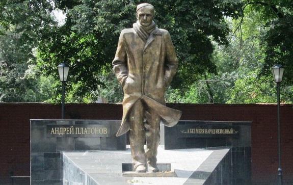 В августе исполнилось 120 лет со дня рождения писателя, а в конце сентября прошла трехдневная Международная конференция 'Андрей Платонов в мировом культурном пространстве' - уже девятая по счету