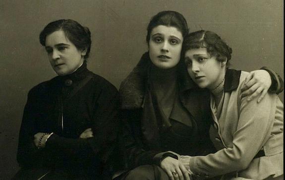 Выставка Три сестры в губернском городе