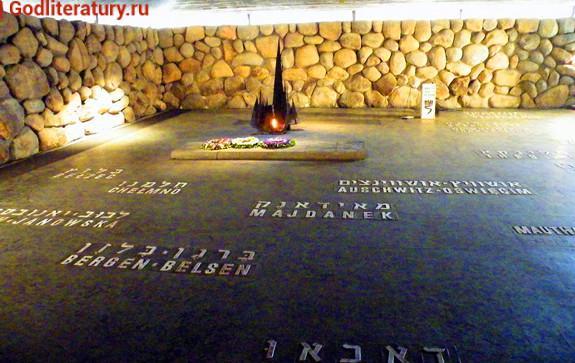 Книги-о-Холокосте-Путин-на-открытие-памятника-жертвам-в-Израиле