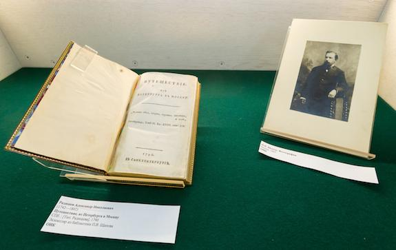 Выставка книги Путешествие из Петербурга в Москву
