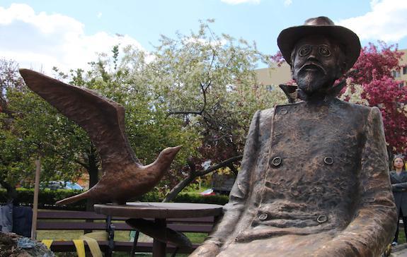 памятник чехову в Донецке