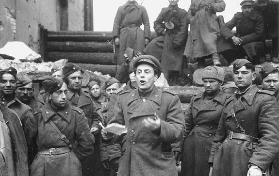 105 лет назад, 5 мая 1915 года, родился Евгений Долматовский – поэт, который был свидетелем и участником главных событий своего времени. И всякий раз – добровольцем