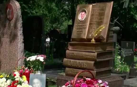 памятник Андрею Дементьеву
