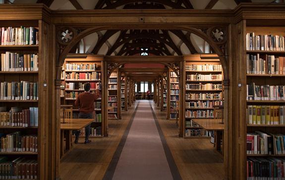 Распоряжение Минкульта ограничить свободный доступ в библиотеках к произведениям с маркировкой 18+ понятно по своему намерению, но вызывает ряд вопросов по реализации
