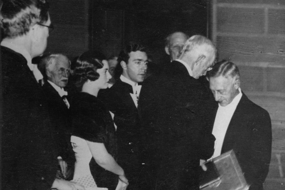 1933 год. Стокгольм. Шведский король вручает Ивану Бунину Нобелевский диплом. /  Фото: Gettyimages