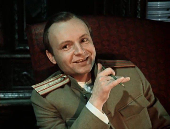 Андрей Мягков в роли Алексея Турбина. Кадр из фильма 'Дни Тубриных', 1976 / kino-teatr.ru