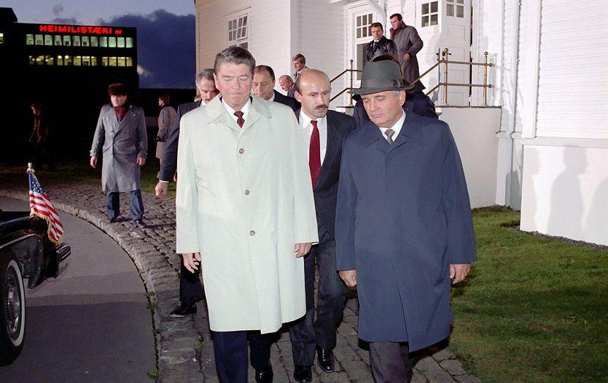 Палажченко (в центре) с Р. Рейганом и М. С. Горбачёвым. Рейкьявик, Исландия, 1986 г. / ru.wikipedia.org