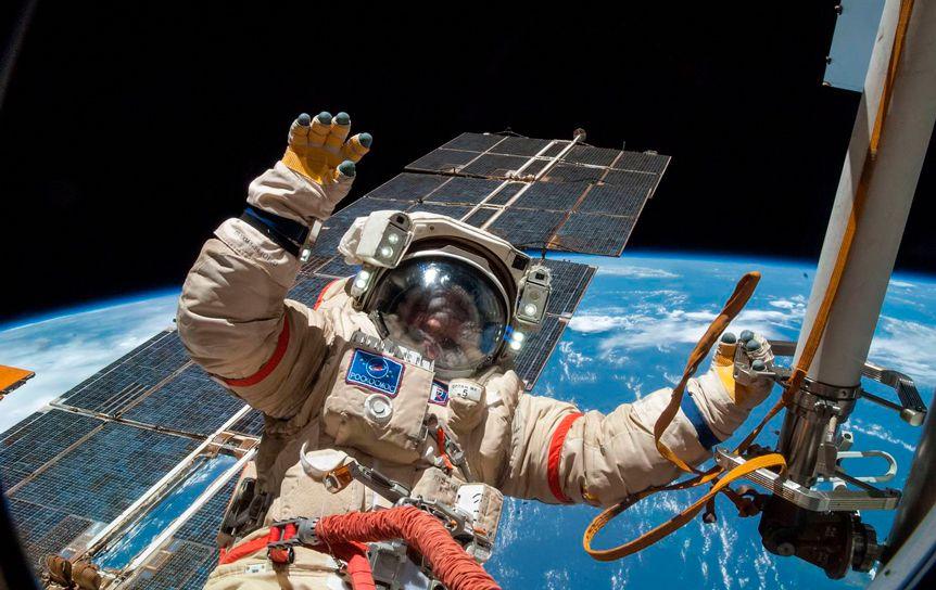 14 книг, которые читают российские космонавты / nasa.gov