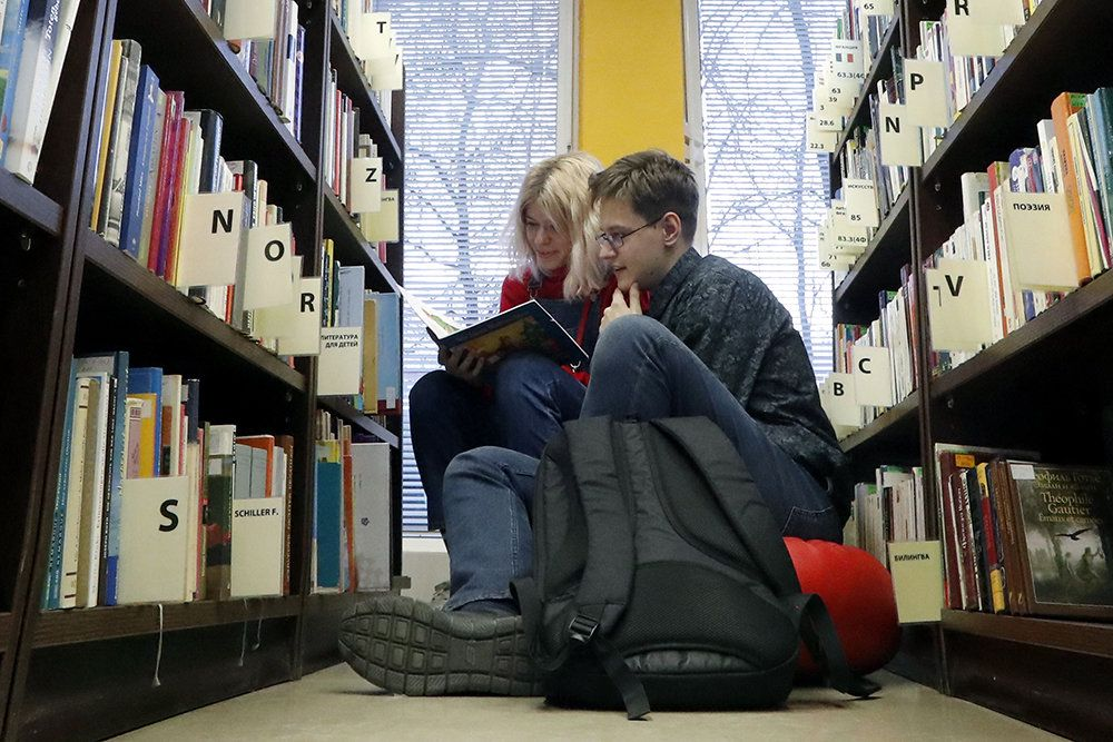 Читать книги вместе с известными писателями участники акции в этом году будут онлайн.  / Сергей Карпухин/ТАСС