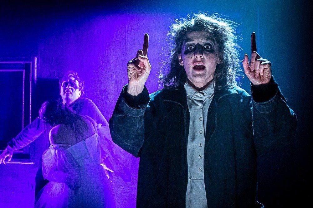 Ужасы в спектакле 'Василисса' в РАМТе дозируются (или утрируются), в итоге вызывая смех, как и положено в страшной сказке. / Сайта театра РАМТ