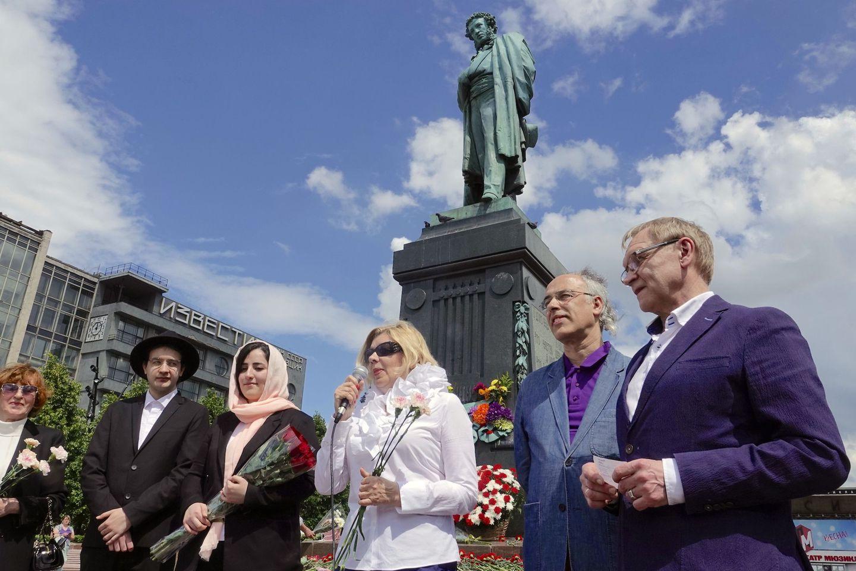 Москвичи поздравили Александра Сергеевича с 222-летием  / Аркадий Колыбалов