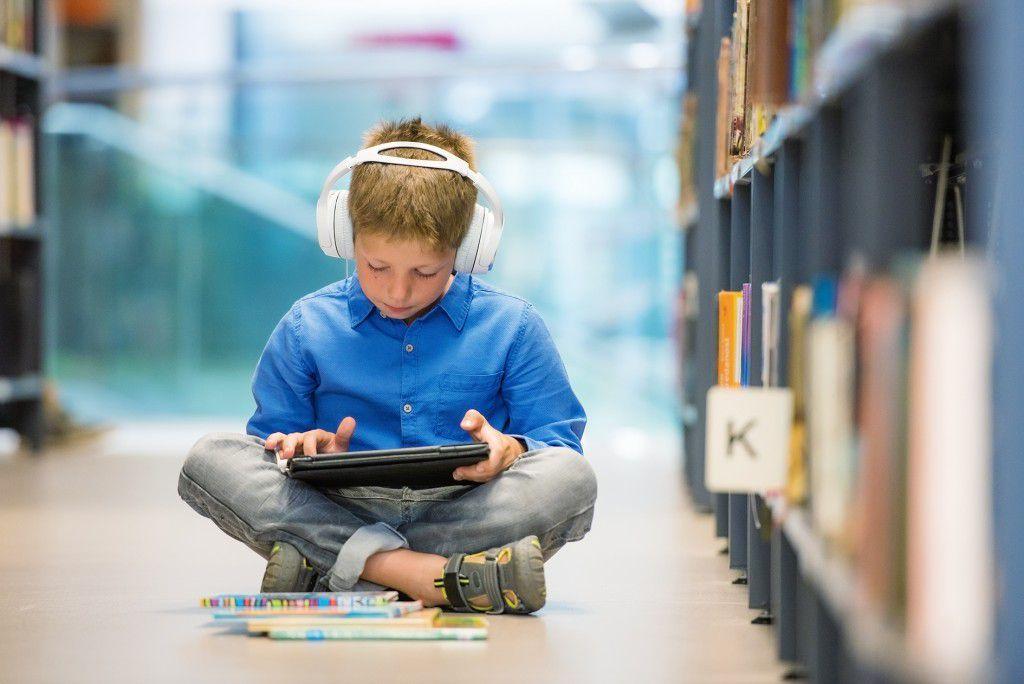 Книга или гаджет? С чем ваш ребенок проведет это лето / iStockphoto