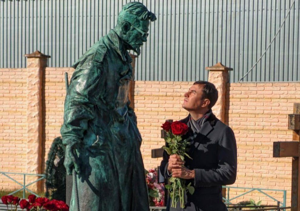 Сергей Шаргунов у памятника Эдуарду Лимонову / Фото из инстаграма Сергея Шаргунова
